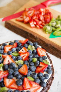 brownie pizza with fruit
